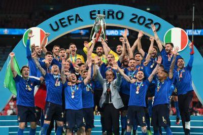 """""""Siamo tutti Mancini"""": il trionfo di Wembley e un nuovo Risorgimento azzurro"""